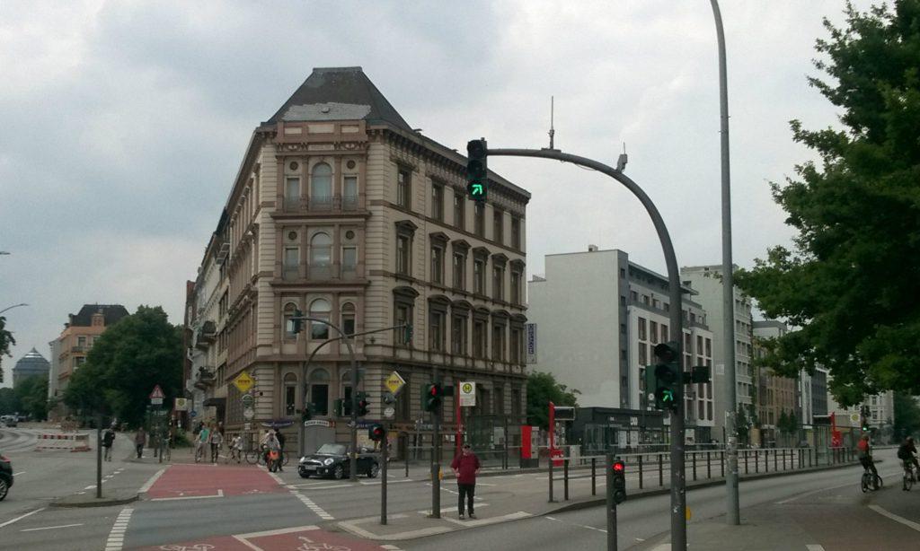 Blick auf die Kanzlei von OBENHAUS Anwaltsjkanzlei für Steuerrecht in Hamburg, Grindelallee 1, direkt an der Bushaltestelle Uni / Staatsbibliothek der Linien 4 und 5 in Hamburg